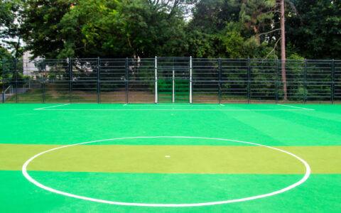 Ein grüner Bolzplatz mit ChildsPlay Teppichvlies