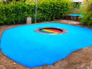 Ein Trampolin mit blauem Teppichvlies von ChildsPlay.