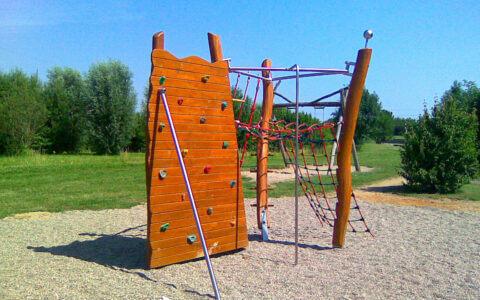 Eine Kletterwand von Wissmeier aus Holz